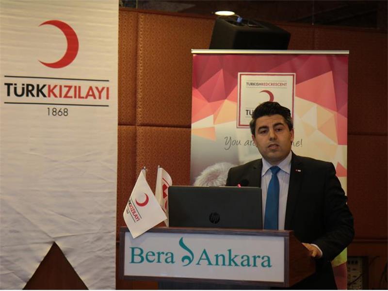 """Türk Kızılayı ve Uluslararası Kızılhaç - Kızılay Dernekleri Federasyonu (IFRC) ortaklığında """"İnsan Ticaretiyle Mücadele ve Güvenli Müdahale Yöntemleri Eğitimi"""" düzenlendi. Ankara'da düzenlenen etkinlikte insan ticaretini önlemeye yönelik çözüm yolları ve alınması gereken önlemler ele alındı. Ulusal derneklerin bünyelerinde yürüttüğü insan ticareti ile mücadele kapsamındaki iyi deneyimleri paylaşmak, yapılan çalışmaları standartlaştırmak ve yaygınlaştırmak amacıyla koruma çalışmaları kapsamında Türk Kızılayı ve Uluslararası Kızılhaç Kızılay Federasyonu (IFRC) ortaklığında """"İnsan Ticaretiyle Mücadele ve Güvenli Müdahale Yöntemleri Eğitimi"""" düzenlendi. Türk Kızılayı Genel Başkan Yardımcısı Dr. Naci Yorulmaz ve IFRC Türkiye Temsilcisi Mette Petersen'in eşlik ettiği eğitim programına Avrupa'dan 13 ulusal derneğin temsilcileri katılım sağladı. Yorulmaz, """"Türkiye'deki mülteci nüfusun yüzde 93'ü kamp dışında yaşıyor"""""""