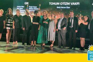 """Tohum Otizm Vakfı'na """"Altın Sosyal Baykuş"""" ödülü"""