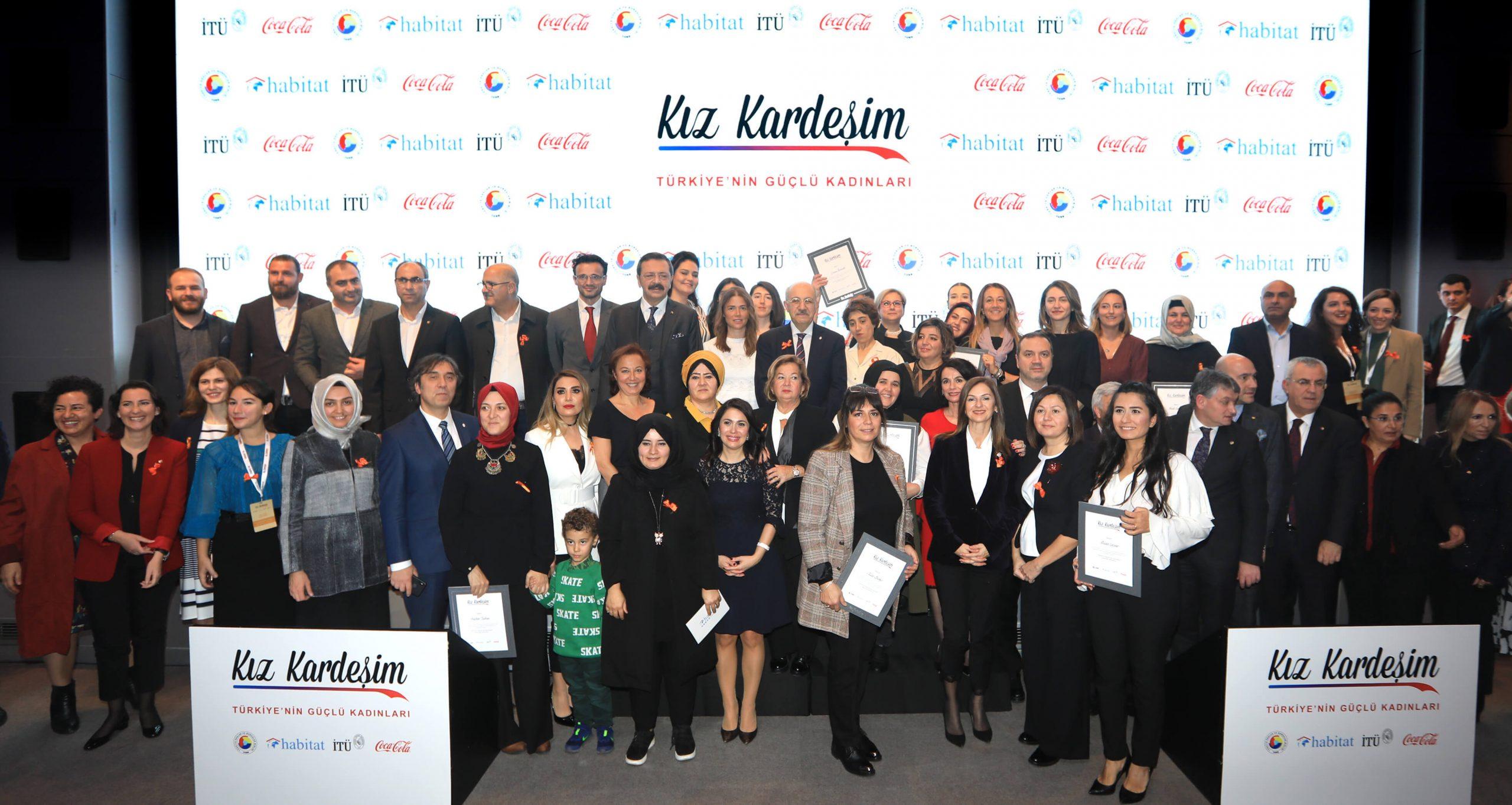 """Kız Kardeşim Projesi kapsamında yerel lezzetler üzerine çalışan girişimci kadınların desteklenmesi amacıyla hayata geçirilen Yerel Lezzet Girişimciliği Destek Programı kazananları düzenlenen toplantı ile tanıtıldı. Toplantıda belirlenen kriterlere göre iş geliştirme hibesi almaya hak kazanan 11 girişimci kadına Türkiye Odalar ve Borsalar Birliği (TOBB) Başkanı M. Rifat Hisarcıklıoğlu, Coca-Cola Türkiye, Kafkasya ve Orta Asya Bölgesi Başkanı Evguenia Stoichkova, İstanbul Teknik Üniversitesi (İTÜ) Rektörü Prof. Dr. Mehmet Karaca ve Habitat Derneği Başkanı Sezai Hazır tarafından ödül verildi. Program kapsamında Türkiye genelinden 29 ilden restoran sahibi olan ve yerel lezzetler üzerine çalışan 114 girişimci kadının başvuruları değerlendirildi. Coca-Cola Türkiye, TOBB, Habitat Derneği ve İTÜ işbirliği ile hayata geçen Kız Kardeşim Projesi sağladığı eğitimler ile kadınları girişimciliğe hazırlamaya devam ediyor. Bugüne kadar 20 bin kadına destek olan Kız Kardeşim Projesinde 2020 yılında 10 bin kadına ulaşılması hedefleniyor. 2020 eğitim programına sıfır atık felsefesi, denizlerin önemi ve korunması, denizlerin nasıl kirlendiği ve atıkların ayrıştırılması konuları da ekleniyor. Coca-Cola Türkiye, Türkiye Odalar ve Borsalar Birliği (TOBB), Habitat Derneği ve İstanbul Teknik Üniversitesi (İTÜ) işbirliğiyle kadınların ekonomik hayata katılımını desteklemek amacıyla 2015 yılından bu yana yürütülen Kız Kardeşim Projesi kapsamında 2019 yılında girişimci kadınların işlerini büyütmelerine destek olundu. Kız Kardeşim Projesi kapsamında hayata geçirilen """"Yerel Lezzet Girişimciliği Hibe Programı"""" ile Türkiye'deki yerel lezzetleri ön plana çıkararak, lezzetleri kendi işletmesinde üreten girişimci kadınların desteklenmesi amaçlanıyor. Girişimcilik hibesi almaya hak kazanan 11 kadına ödülleri verildi Program kapsamında restoran sahibi olan 29 ilden 114 girişimci kadının başvuruları değerlendirildi. 29 ilde yapılan ön değerlendirmeler sonucunda işletmesinde en fazla 5 kişiyi istihdam ed"""