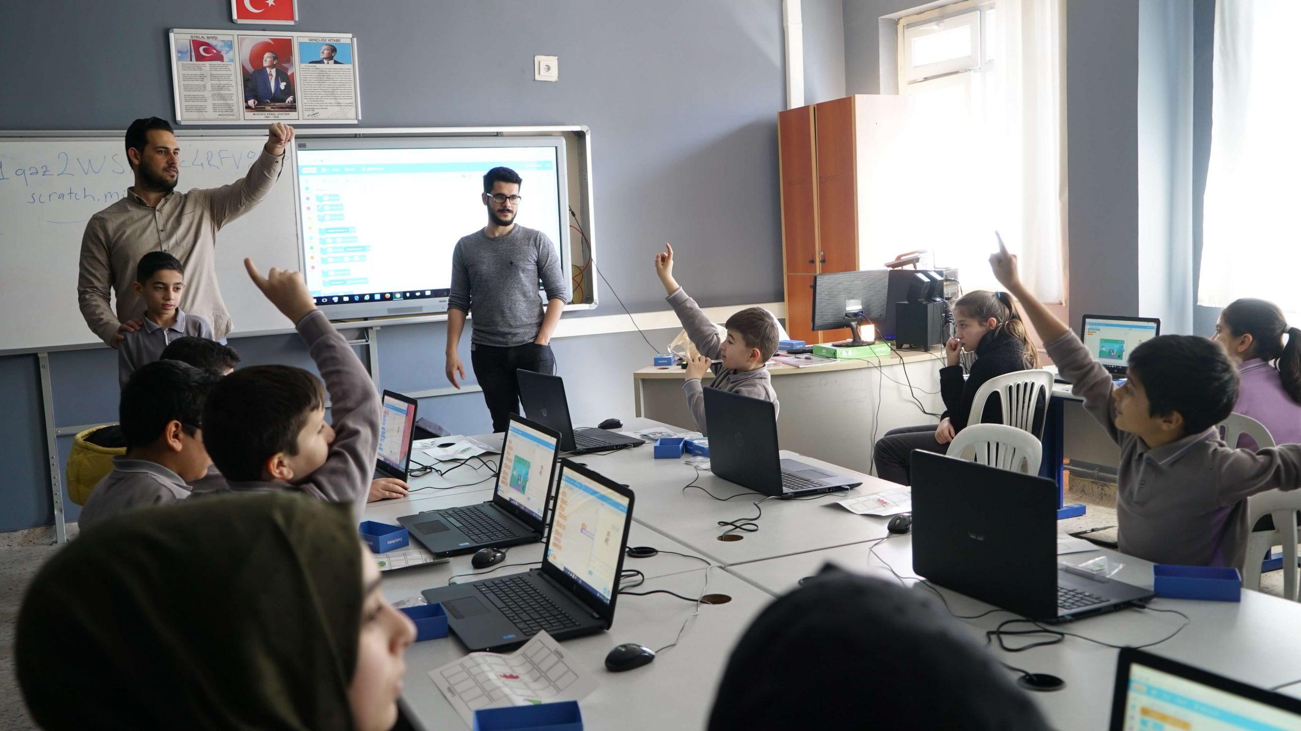 CardFinans ve Habitat Derneği Ayşe Çarmıklı Ortaokulu'na teknoloji sınıfı kurdu