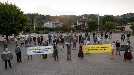 """İzmir'in Seferihisar ve Menderes ilçesi sınırları içerisinde yer alan Orhanlı ve Yeniköy mevkilerinde yapılması planlanan jeotermal enerji santraline karşı çıkmak için yöre halkı bir araya geldi. Orhanlı ve Yeniköy sakinleri yapılması planlanan jeotermal enerji santralinin özellikle geçim kaynakları olan zeytin ağaçlarını olumsuz etkileyeceğini ve yörenin doğasına zarar vereceğini vurguladılar. Kendilerine destek veren çevre hukuku avukatlarının da katkılarıyla konunun sonuna kadar takipçisi olacaklarını belirttiler. Jeotermal Enerji Santrali İçin Yörede 14 Adet Kuyu Açılacak İzmir'in zeytin ormanları biyolojik çeşitlilik açısından son derece zengin olan doğal yaşam alanları. Fakat yörede yapılması planlanan jeotermal enerji santrali, zeytin ormanların bir bölümünü de kapsıyor. Bu alanda 14 adet jeotermal kaynak arama kuyusu açılması öngörülüyor. Yörenin doğasını tahrip edecek ve başta burada yaşayan insanlar olmak üzere birçok canlının da hayatını tehlikeye atacak olan projenin, Çevresel Etki Değerlendirme Raporu süreci başlamış bulunuyor. Köylüler Aldıkları Pandemi Önlemleriyle Eylem Yaptı 9 Temmuz akşamı pandemi sürecine yönelik alınan önlemlerle açık havada, sosyal mesafeye dikkat ederek buluşan yöre halkı, köylerinde açılması planlanan 14 adet jeotermal arama kuyusunu kesinlikle istemediklerini belirtti. Konuya ilişkin olarak Çevresel Etki Değerlendirme Raporu sürecinin başladığını kaydeden köylüler, yetkililere seslenerek: """"Bu proje tamamen durduruluncaya kadar takipçisi olacağız. Zeytin ağaçları geleceğimiz, jeotermal istemeyiz."""" diyerek tepkilerini dile getirdi. İzmir'in Zeytin Ormanları Projenin Tehdidi Altında Hayata geçirilmesi halinde İzmir Yarımadası'na özgü erkence türü zeytinlerden oluşan zeytin ormanlarına büyük zarar verecek olan jeotermal enerji santrali, hem bu yörede geçimini sağlayan insanların hem de, bu ormanlarda yaşamını sürdürmekte olan pek çok canlıyı tehdit ediyor. Yüzlerce nadir bitki, kuş ve memeli türünün yaşadığı yöre, Türkiye'nin biy"""